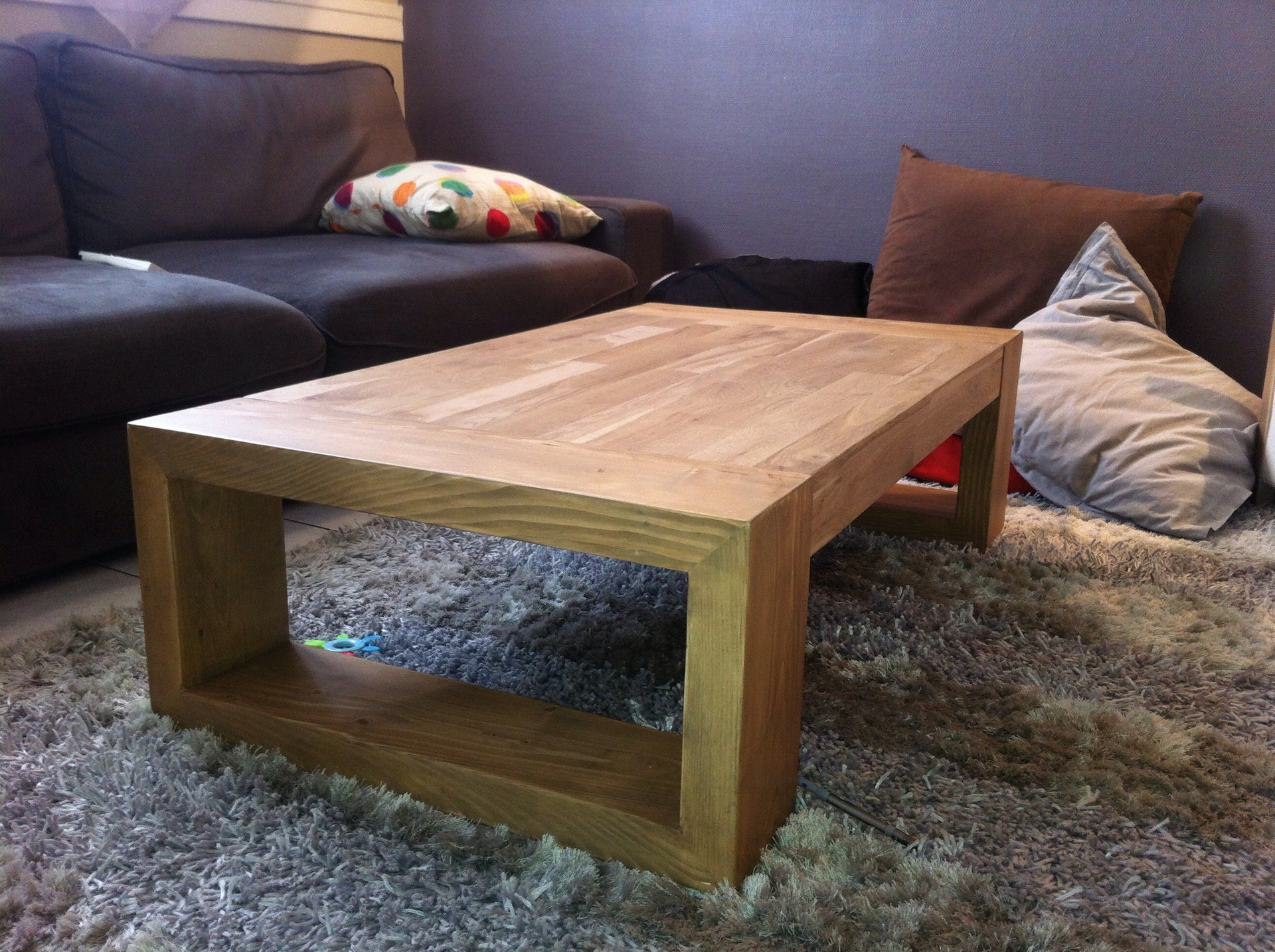 Table basse design en bois brut